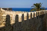 Considérée depuis sa création comme une base militaire importante, la ville de Tunis éait entourée d'un mur de pierre qui fut largement détruit au cours du Moyen-Age.