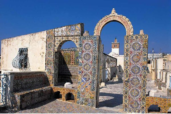 Tunis, da denkt man an erster Stelle an die Medina, die Moscheen und den Basar in bunten und engen Gassen. Aber in nur einer halben Stunde sind Sie auch am Strand oder Sie können die unvergleichlichen Orte an der Nordküste besuchen: das Dorf Sidi Bou Said, das für seine traditionelle Architektur, die beschlagenen Holztüren und charmaten maurischen Kaffeehäuser bekannt ist. Sie sollten sich auch unbedingt ...