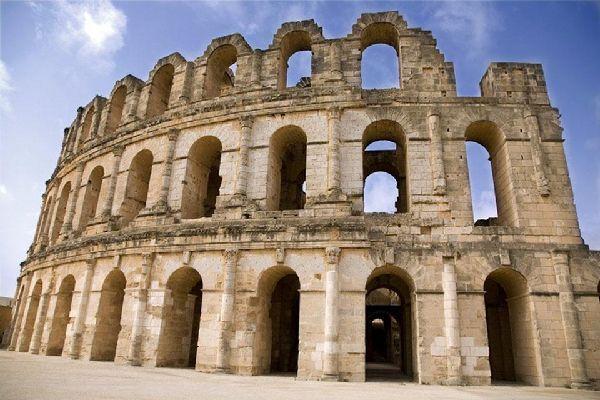 Die große Moschee Dschama ez-Zitouna wurde 698 n. Chr. gebaut und ist die bedeutendste Kultusstätte Tunesiens.