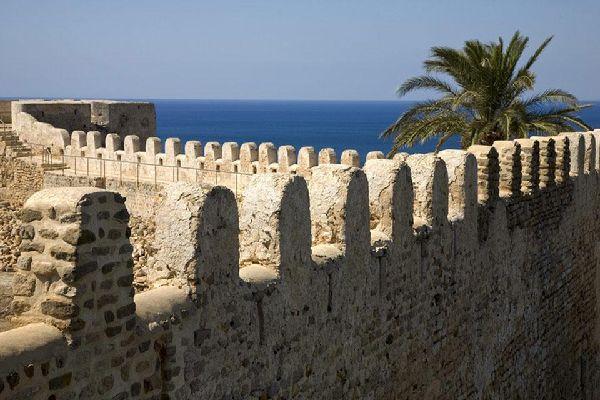 Die Stadt Tunis galt seit jeher als wichtiges militärisches Basislager und ist von einer Steinmauer umzingelt, die im Laufe des Mittelalters zu großen Teilen zerstört wurde.