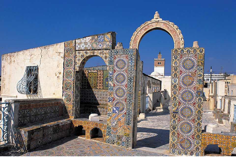 Tunisi, è innanzitutto la sua medina, le sue moschee, il suo suk dalle viuzze strette   e colorate. Ma si può anche raggiungere piacevoli spiagge in meno di   mezz'ora, così come scoprire i siti più importanti della costa settentrionale: il  villaggio di Sidi Bou Said, meritatamente rinomato per la sua architettura tradizionale,  le sue porte in legno chiodato ed i suoi affascinanti caffé moreschi. ...