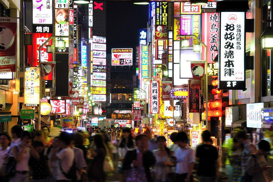 Tokyo, a city emblematic of Japan, displays a characteristic contradiction between ancient traditions and modernity.