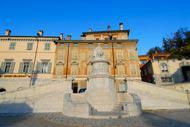 Realizado para conmemorar el Tratado de Campoformio, el monumento no se colocó en la plaza homónima hasta 1819.