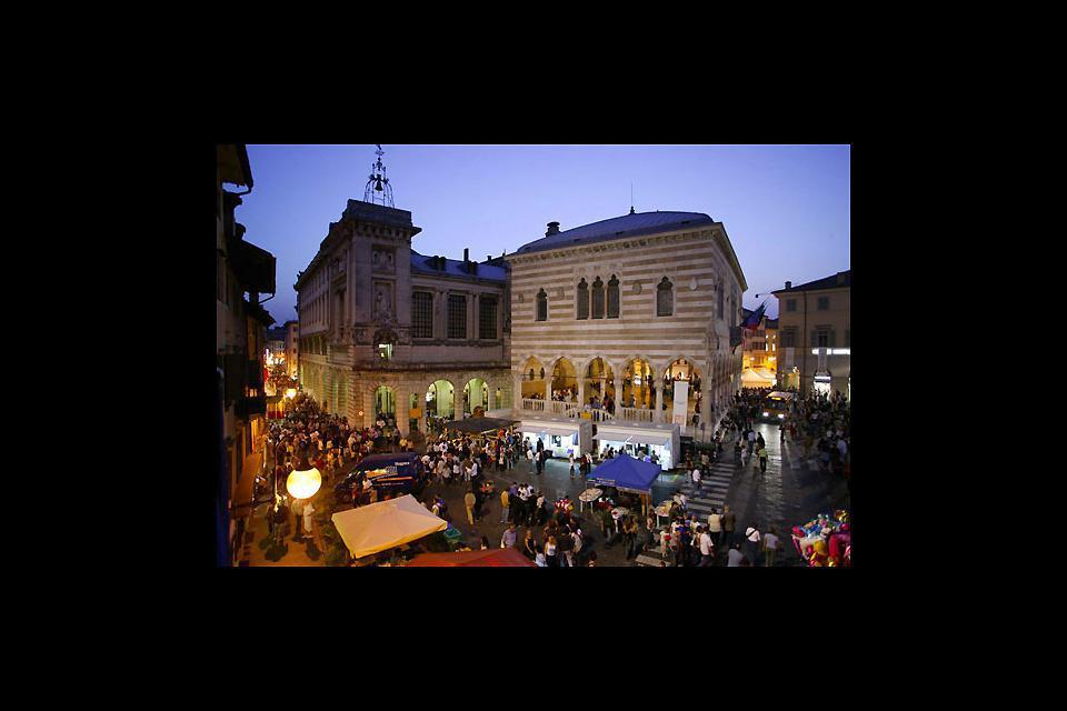 Piazza Libertà est l'un des lieux de rencontre de la ville.