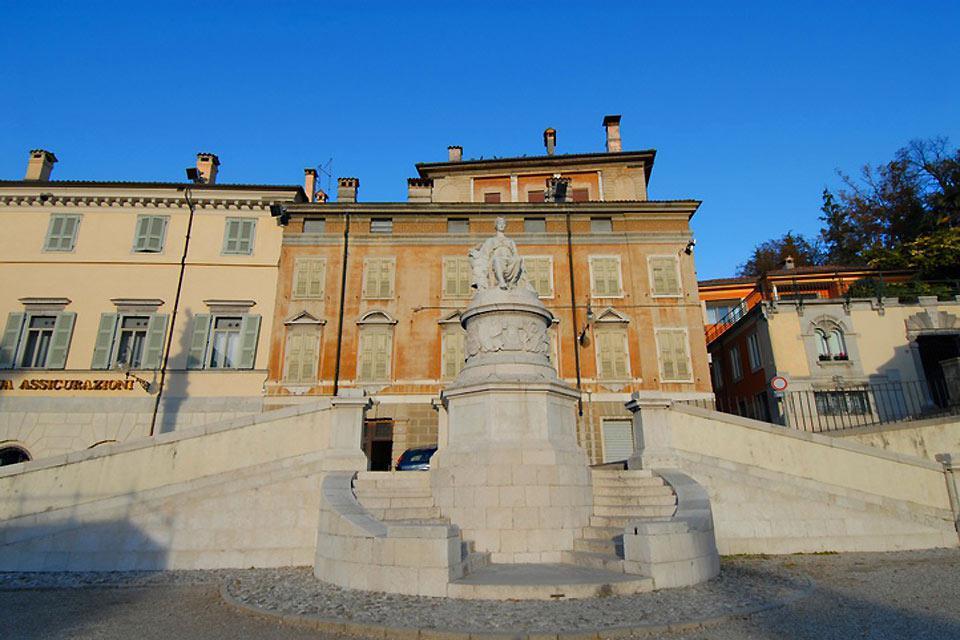 Réalisé pour célébrer la stipulation du Traité de Campoformio, le monument n'a été placé sur la place homonyme qu'en 1819.