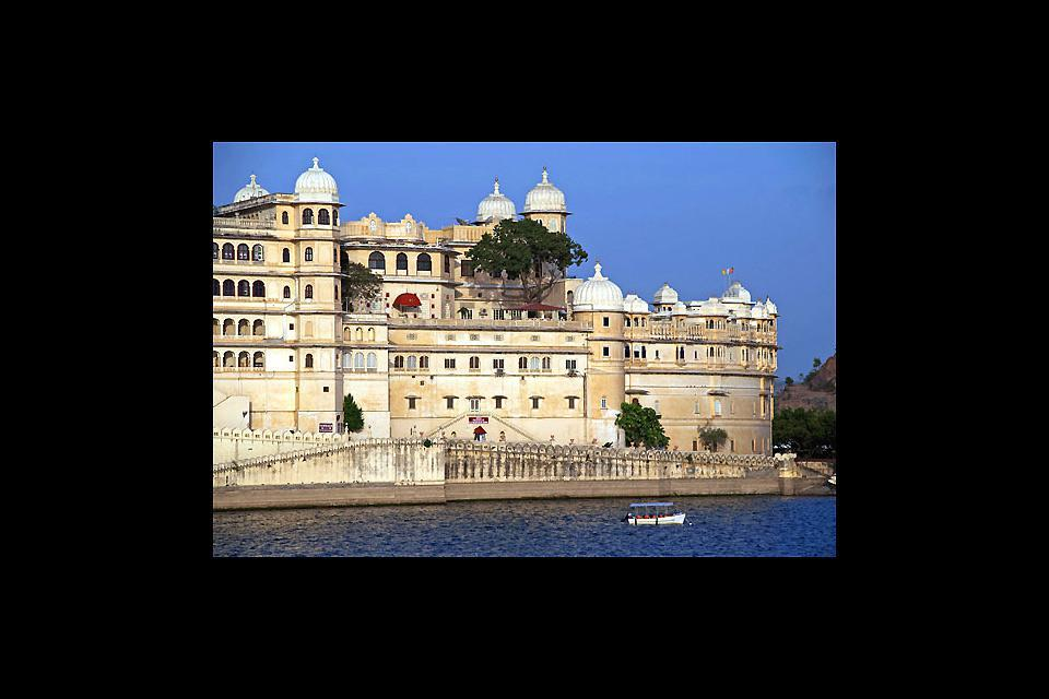 Ubicada en las orillas del lago Pichola, esta fortaleza está formada por una serie de palacios edificados entre los siglos XVI y XX.