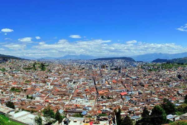 Quito, la capitale, siège à plus de 2 800 m au milieu des volcans. La ville coloniale renferme de nombreux édifices religieux que longent des rues étroites. Parmi eux, s'impose l'église de la Compania. Sa façade extérieure de style baroque s'ouvre sur une ornementation de plus de 4 000 tonnes d'or qui irradie l'autel, le plafond, les murs et les portes. La Plaza Grande constitue le cœur historique ...