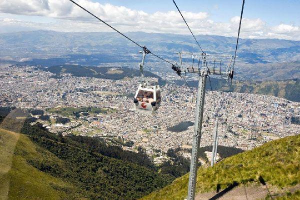 La télécabine de Cruz Loma qui surplombe la ville de Quito est l'appareil le plus haut du monde.