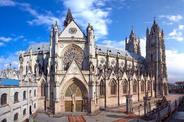 La basilique del Voto Nacional, plus grande basilique néo-gothique dans les Amériques, est située dans le centre historique de Quito.