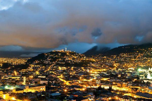 Quito est une ville encerclée par des volcans et des collines verdoyantes, un panorama remarquable de jour comme de nuit.