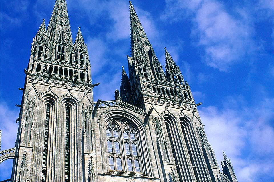 Quimper, ville bretonne par excellence, est, en plus d'être le chef-lieu du département du Finistère, la capitale traditionnelle de la Cornouaille. Classée ville d'art et d'histoire, Quimper semble être éternellement entourée des brumes des légendes et des Vies des saints bretons. Depuis l'Antiquité, la ville est réputée pour son mode de vie actif et son constant renouvellement. Une partie du paysage ...