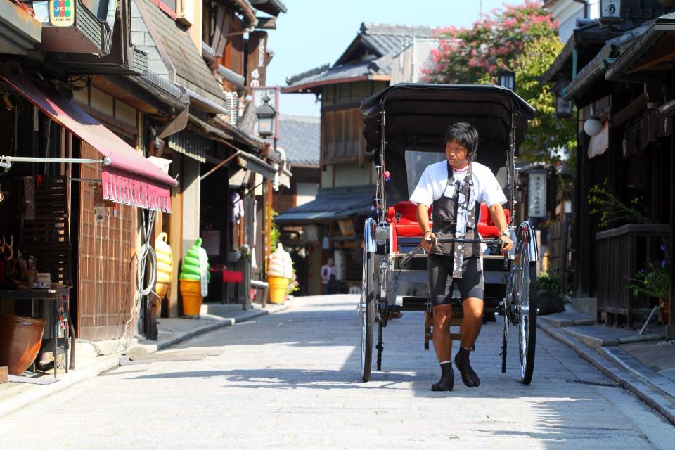Pour visiter la ville tout en voyageant dans le temps, des tireurs de pousse-pousse proposent leurs services aux touristes.