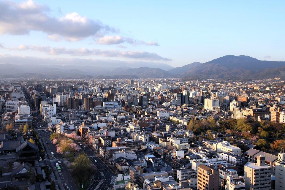 Située dans une cuvette et cernée de montagnes, les étés de l'ancienne capitale sont particulièrement chauds et humides.