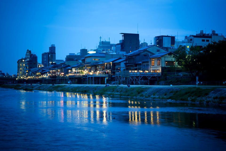 La balade le long de la rivière Kamo bordée de bars et de restaurants scintillants est incontournable.