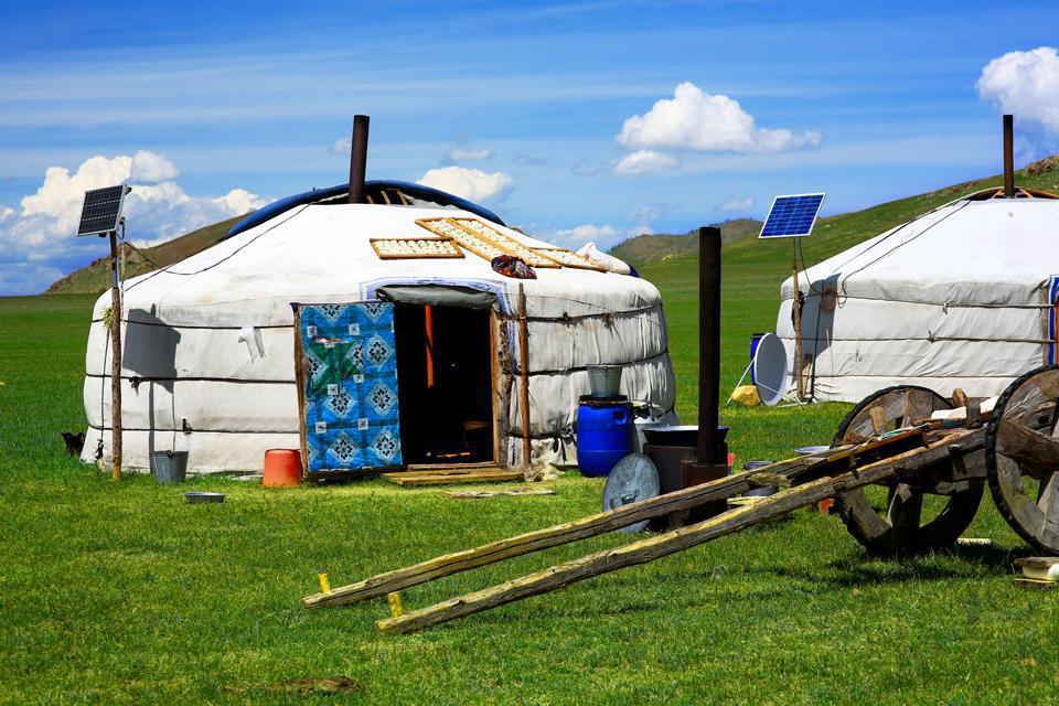 Située au nord-ouest du pays, sous le lac d'Uvs, la ville de Ulaangom abrite une population d'environ 30000 habitants. Ses rues, bordées d'arbres, mènent à une place centrale où trône la statue d'un héros mongol tué en 1948 par les troupes chinoises du Kuomingtang. Le musée de l'aimag (province) présente toute une collection sur la faune ailée, les coutumes et les instruments de musique traditionnels. ...