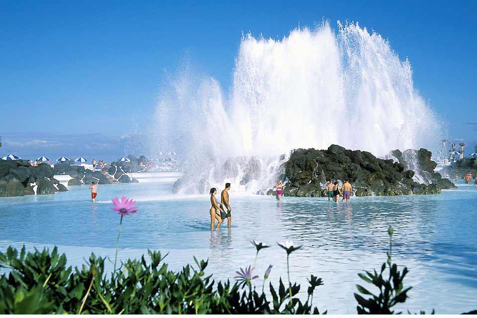 La que durante mucho tiempo ha sido la estación balnearia de moda de las Canarias, Puerto de la Cruz ha ido perdiendo el favor de los turistas, que prefieren las playas de arena dorada y el clima más soleado del sur. Pese a todo, esta ciudad enormemente turística sigue siendo la segunda zona más visitada de Tenerife y ofrece una pléyade de hoteles, bares y restaurantes para los turistas. La hostelería ...