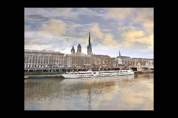 Le fleuve divise la capitale normande en deux rives distinctes. Sa forte activité maritime, que ce soit de plaisance ou industrielle, témoigne de l'importance du cours d'eau.