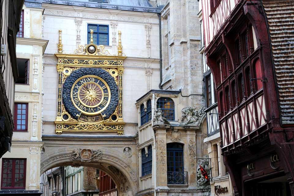 """Situata sulla Senna a nord di Parigi, la capitale dell'Alta Normandia è una delle più belle città francesi. Al fascino del centro storico e al prestigioso passato medievale deve il soprannome di """"città dei cento campanili"""". Le antiche vie su cui si affacciano case a graticcio sono effettivamente ritmate da molti capolavori dell'arte gotica: la cattedrale, il palazzo di giustizia, l'abbaziale di Saint-Ouen ..."""