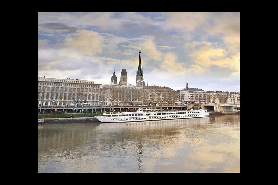 Il fiume divide la capitale normanna in due rive distinte. La sua intensa attività marittima, sia essa portuale o industriale, testimonia l'importanza del corso d'acqua.