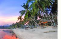 L'isola tropicale di Koh Samui si trova nella parte meridionale del Golfo di Thailandia, ad est dell'istmo di Kra che collega la Thailandia alla Malesia.   Bangkok si trova 700chilometri a nord, e la costa più vicina (Suratthani) è a una quarantina di chilometri a sud ovest. Phuket, nella stessa direzione, si trova a circa 300chilometri.   Principale isola dell'arcipelago di Angthong, ...