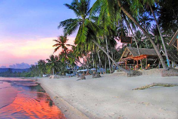 La isla tropical de Koh Samui se encuentra en la parte sur del Golfo de Thailandia, al este del istmo de Kra que une Thailandia con Malasia. Bangkok, la capital thailandesa, está a 700 kilómetros al norte, y la costa más cercana (Suratthani) a unos cuarenta kilómetros al suroeste. Phuket, en la misma dirección, se encuentra a unos 300kilómetros. Principal isla del archipiélago de Angthong, Samui, ...