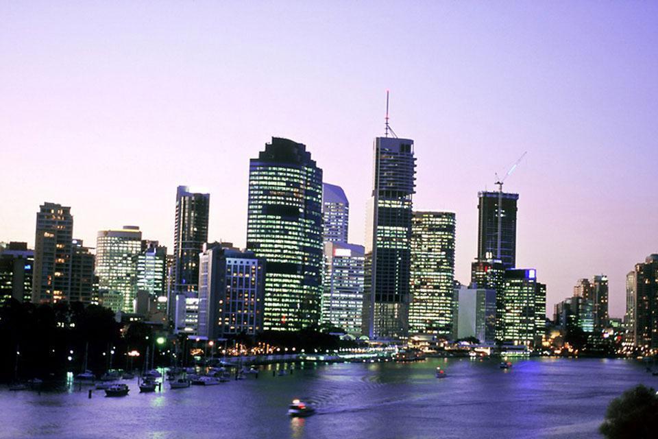 La città si trova sulle rive del fiume dal quale ha preso il nome.