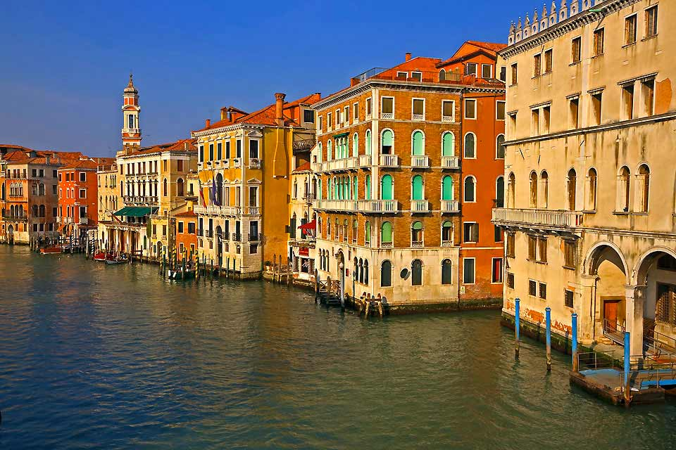"Venice receives 50,000 tourists every day and has 122 islands and 150 canals. It is a paradise, despite the crowds coming from the entire world, hotels where prices can triple from one day to the next (it is the contrast between ""high season"" and ""low season"" prices, depending more on the calendar than the demand) and the changeable climate, with heat like that of Naples, floods like in the Po delta ..."