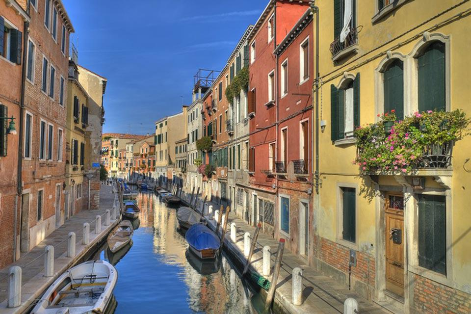 The centre of Venice stretches over 118 islets linked by 354 bridges and divided by 177 canals, which have always served as channels of communication for the city's inhabitants.