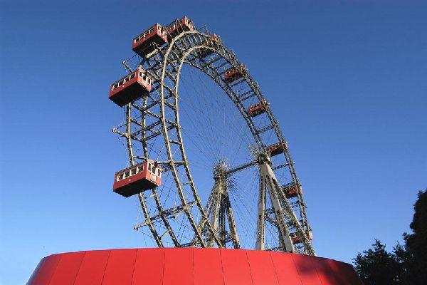 Vom Riesenrad des legendären Wiener Freizeitparks Prater hat man einen traumhaften Rundblick auf die österreichische Hauptstadt.