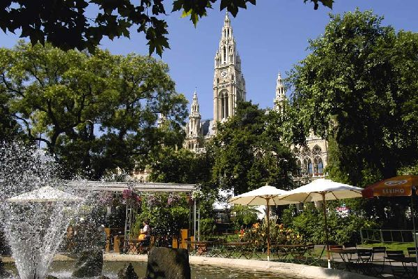 Das beeindruckende Gebäude besticht durch seinen fast 100 m hohen Turm, auf dessen Spitze der Rathausmann, das Symbol der Stadt, angebracht ist.