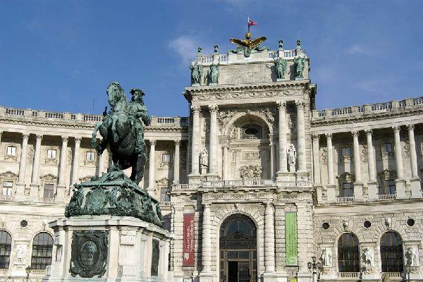 """Diese buchstäbliche """"Stadt in der Stadt"""" umfasst insgesamt 18 Gebäude, darunter die kaiserlichen Wohnungen und den Sitz des österreichischen Bundespräsidenten."""