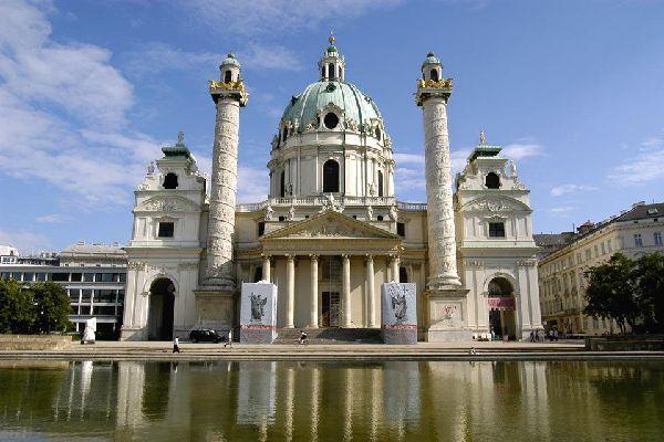 Die wunderschöne Barockkirche aus dem 18. Jahrhundert besticht durch zwei Säulen, die den Säulen von Trajan und Marc Aurel nachempfunden wurden.
