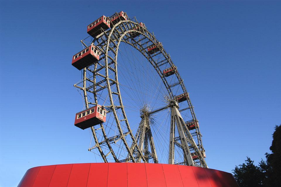 Esta noria mítica de la verbena del Prater ofrece una vista panorámica a 360º sobre la capital.