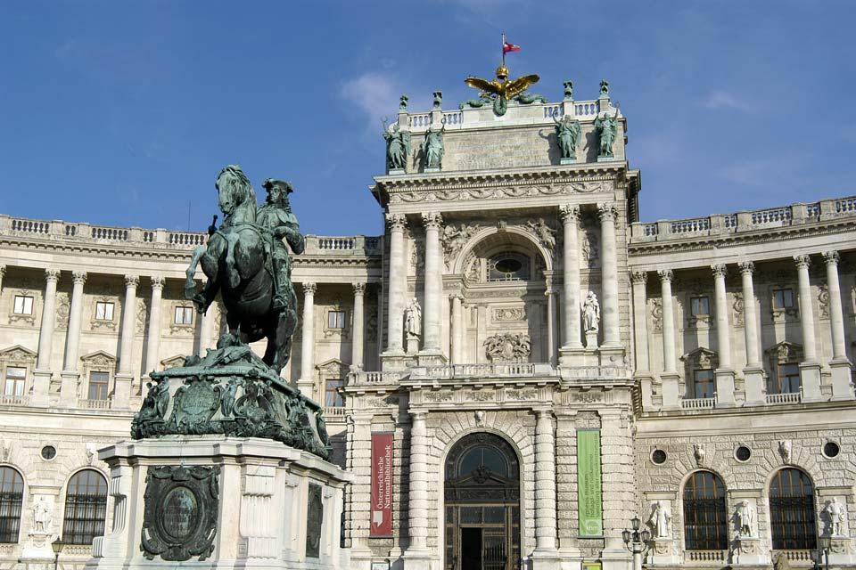 Una auténtica ciudad dentro de la ciudad, cuenta con 18 edificios y aloja principalmente la presidencia de la República y los aposentos imperiales.