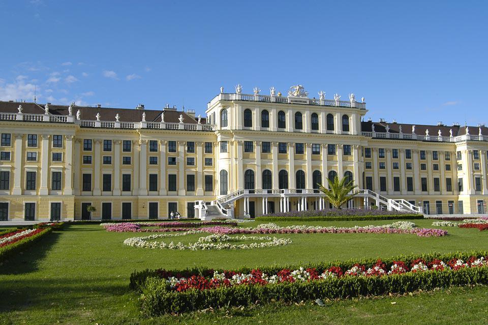 Schönbrunn, declarado patrimonio cultural mundial de la Unesco, es un castillo de caza de estilo barroco construido en el siglo XVII.