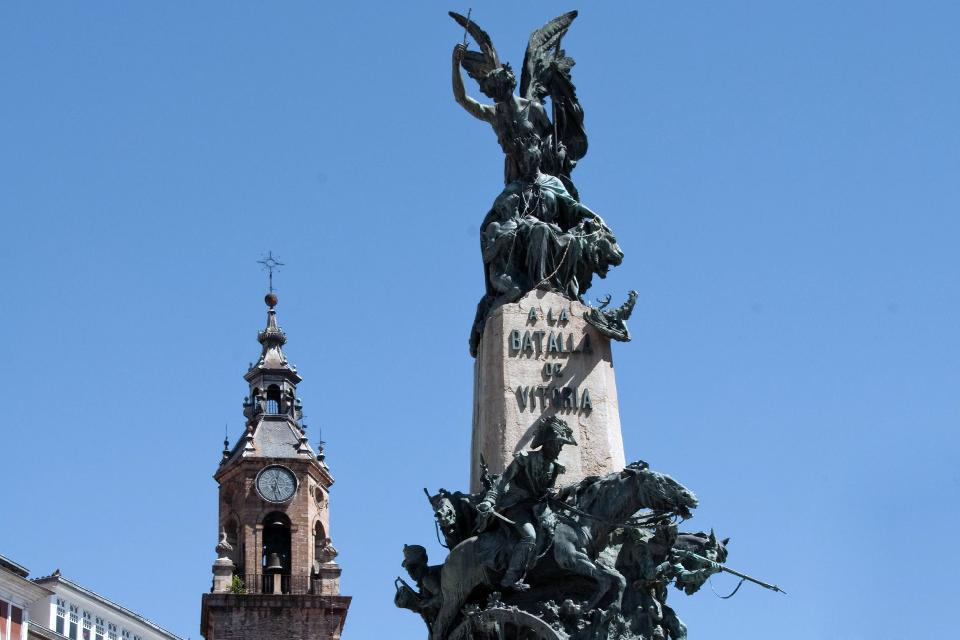 The monument in the center of the Plaza de la Virgen Blanca, commemorates the Battle of Vitoria during the War of Independence.