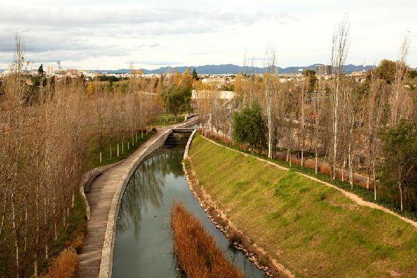 Les jardins de la Turia (surnommé « el rio » par les habitants) sont un lieu de promenade très apprécié des Valenciens, à pied ou à vélo.