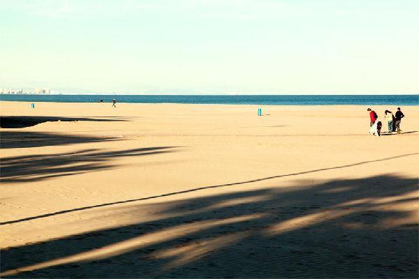 La plus grande plage de Valence, à 4 km du centre-ville.