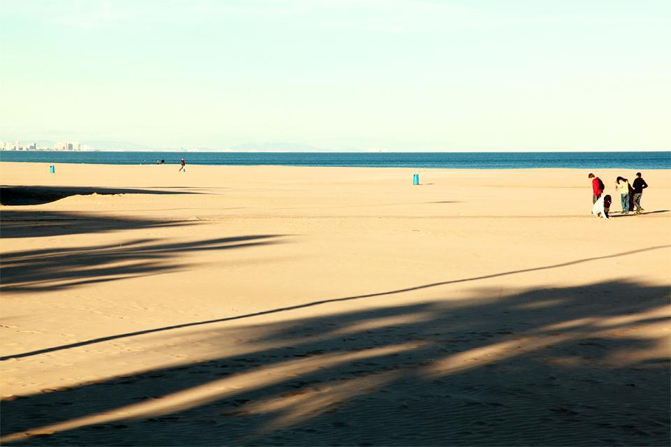 Es handelt sich um den größten Strand von Valencia, der 4 km vom Stadtzentrum entfernt ist.