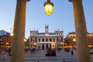 Die Einwohner versammeln sich gegen Abend auf dem Plaza Mayor, wie dies in Spanien üblich ist.