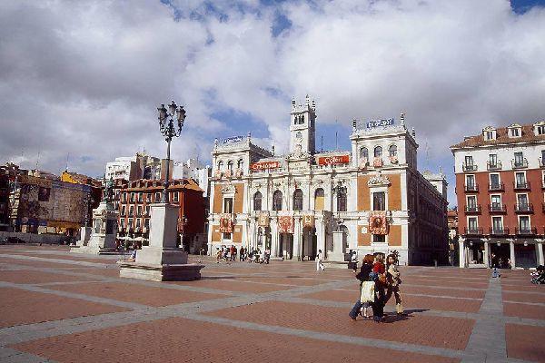 La Plaza Mayor es el corazón de la ciudad. En ella se encuentran el ayuntamiento y otros edificios administrativos.