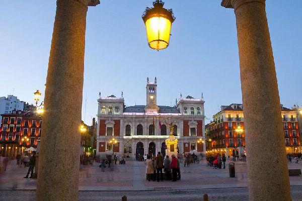 La Plaza Mayor es el lugar en el que se reúnen los habitantes al final del día.