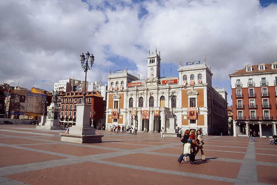 Plaza Mayor is ideally located at the heart of the city. It is where city hall and other administrative buildings are to be found.