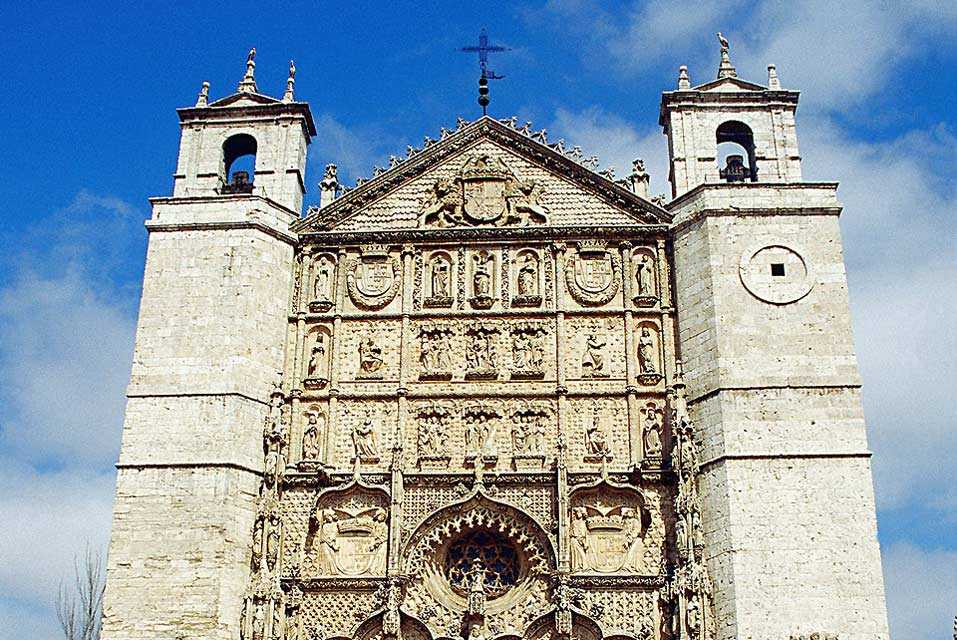 The conventual Church of San Pablo was built in the 16th century. It displays a mix of the Gothic, Isabelian and Renaissane styles.