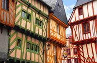 Contrairement à Brest ou à Lorient, Vannes est l'une des rares cités de la côte bretonne à avoir échappé aux bombardements qui dévastèrent la région lors de la dernière guerre mondiale. Au vue du patrimoine qui fut ainsi préservé, cette exception dévastatrice en fait une des détentrices de la matière Bretagne. Pas étonnant, dès lors, qu'elle reçut, en 1992, le label Ville d'Art et d'Histoire saluant ...