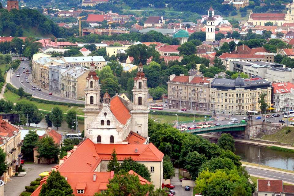 Ville à taille humaine, Vilnius a tout le charme des capitales d'Europe centrale, comme le montre la vue depuis la tour du château médiéval de Gediminas. Vilnius possède aussi le quartier moyenâgeux le plus étendu d'Europe. Visiter l'université de style Renaissance, qui remonte au XVIe siècle. La ville est riche en églises : la cathédrale, l'église gothique de Saint-Paul-et-Saint-Pierre, celle de Sainte-Anne ...