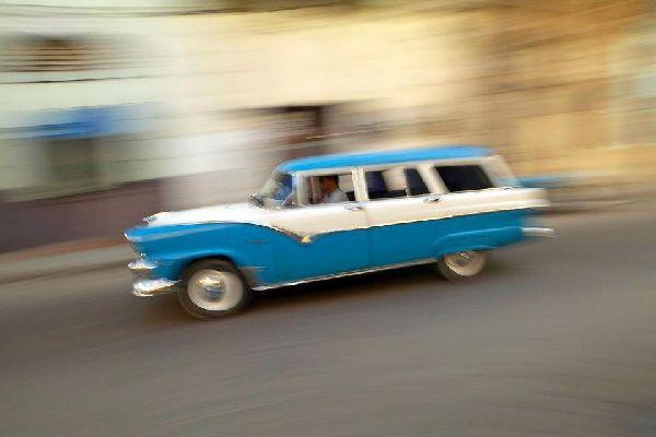 A 150 kilómetros de La Habana, la península de Hicacos se separa de la costa norte de Cuba, entre el estrecho de Florida y la bahía de Cárdenas, para extenderse desde la pequeña ciudad de Varadero, por más de 20 kilómetros de arena fina a orillas de un mar azul intenso (la playa de los Taínos). Dedicada exclusivamente al turismo, sobre todo después de la construcción de un aeropuerto internacional ...