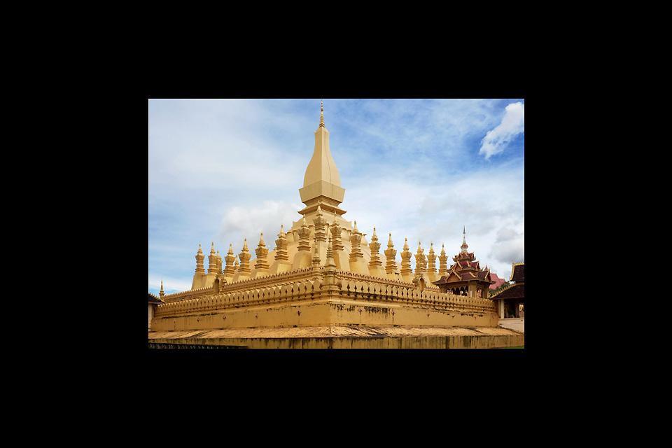 Le magnifique Wat Pha That Luang se tient au centre de Vientiane. Il contiendrait selon la légende, un des cheveux de Boudha.