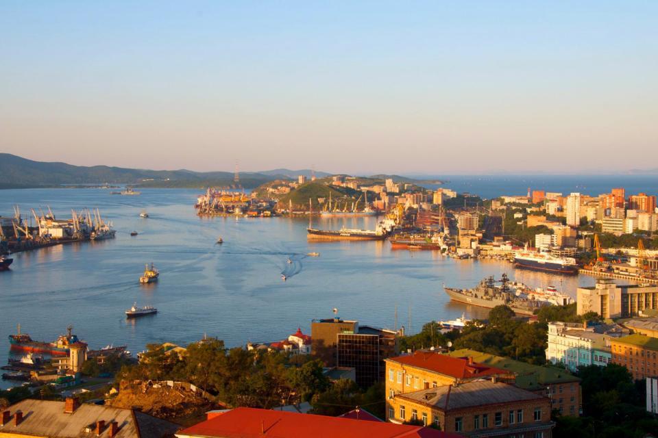 Capitale administrative du kraï du Primorie, Vladivostok (littéralement  seigneur de l'Est) est une ville portuaire située à proximité de la Chine et de la Corée du Nord. Baigné par la mer du Japon, c'est le port le plus important de la côte pacifique et de l'Extrême-Orient russe. Cette ville du bout du monde, terminus de la mythique ligne de chemin de fer du Transsibérien, est à 7 fuseaux horaires ...