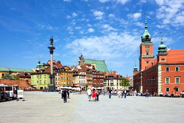 Warschau, die Hauptstadt Polens, wird von der Weichsel in zwei Hälften geteilt. Sie wurde im Zweiten Weltkrieg vollständig zerstört und anschließend komplett neu aufgebaut. Die Altstadt zählt zum Weltkulturerbe der UNESCO. Starten Sie ihren Besuch am Marktplatz mit seinen zahlreichen Cafés und Restaurants, gehen Sie von dort zum Königsschloss, das nach dem Zweiten Weltkrieg schön rekonstruiert wurde ...